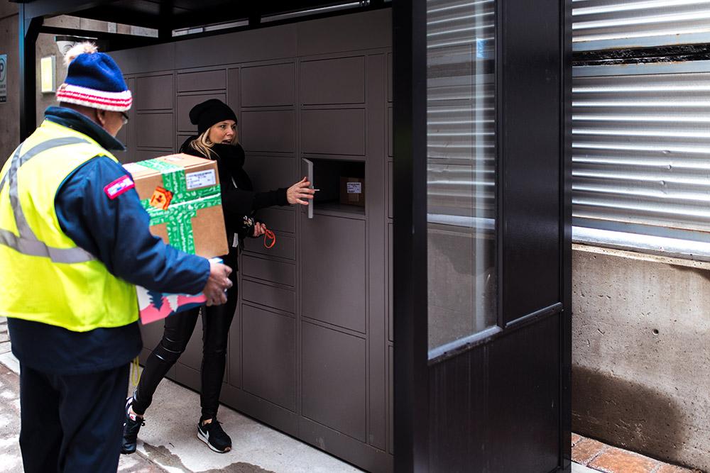 Outdoor parcel locker